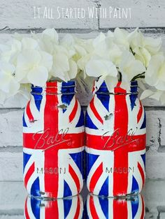 Mason jar craft idea using paint to create Union Jack flag. Includes step-by-step how to make your own Union Jack Flag Mason Jar . Mason Jar Projects, Mason Jar Crafts, Mason Jar Diy, Quart Size Mason Jars, Blue Mason Jars, Union Jack, Prince George Birthday, British Party, British Themed Parties