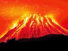 Volcan Krakatoa   Krakatoa (nombre indonesio Krakatau) fue una isla de tres conos volcánicos situada en el estrecho de Sonda, entre Java y Sumatra. Estaba localizada cerca de la región de subducción de la placa Indoaustralianabajo la placa Euroasiática. El nombre Krakatoa se usa para designar al grupo de islas de alrededor, a la isla principal (llamada también Rakata) y a un conocido volcán que ha entrado en erupción en repetidas ocasiones, masivamente y con consecuencias desastrosas a lo…