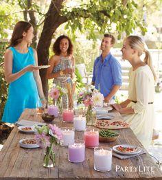 Sommer, Sonne, Gartenparty! Mit den GloLite-Duftwachsgläsern wird auch an lauen Sommerabenden der Tisch strahlend erhellt, und bringt fruchtige Sommerdüfte in die Luft...