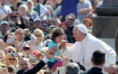 Papa Francisco cumprimenta fiéis durante a missa de quarta-feira na Praça de São Pedro, no Vaticano - http://revistaepoca.globo.com//Sociedade/fotos/2013/05/fotos-do-dia-08-de-maio-de-2013.html (Foto: EFE/Maurizio Brambatti)