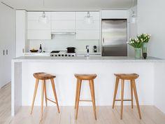 banquetas de madeira em cozinha branca