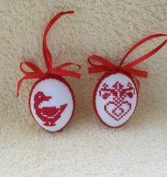 Hier biete ich Ihnen ein sehr schönes handbesticktes Osterei zum Aufhängen an. Das Ei ist beidseitig mit verschiedenen Motiven bestickt und mit Schleife und Schlingenborte verziert. Damit kann... Crochet Placemats, Needlework, Cross Stitch, Textiles, Easter, Christmas Ornaments, Holiday Decor, Spring, Etsy