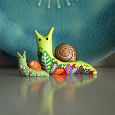 ~ snail in polymer clay & decorated with acrylic paints Polymer Clay Kunst, Polymer Clay Animals, Fimo Clay, Polymer Clay Projects, Polymer Clay Charms, Polymer Clay Creations, Polymer Clay Jewelry, Clay Crafts, Arts And Crafts