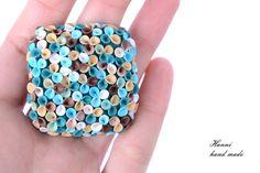 ..sedět tak na louce.. Sada šperků inspirovaná tvorbou Zuzky Liptákové Vyrobeno z polymerové hmoty Premo, Soufflé a Fimo Vše do detailu propracováno Zavěšeno na měděném náhrdelníku - délka pod prsa Komponenty náušnic neobsahují nikl- tudíž neublíží ani dámě alergické na kov Velikost přívěšku 4cm a náušnice 2cm Zaručuji originalitu každého mého výrobku