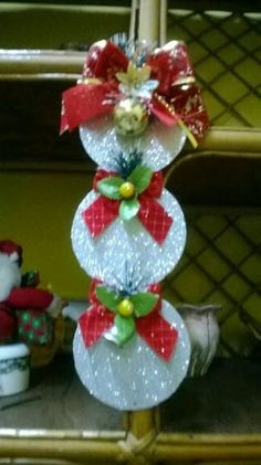 Creates plenty of Christmas decorations basis using old CDs as you have on hand and are about to discard. Christmas Ornament Crafts, Felt Christmas, Christmas Projects, Holiday Crafts, Christmas Time, Christmas Wreaths, Cd Crafts, Xmas Decorations, Ideas Navideñas
