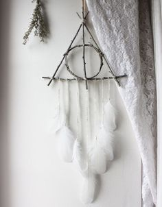 attrape-rêves triangle de branches blanc et plumes suspension pour décoration Harry Potter pagan sorcellerie . Baby Harry Potter, Harry Potter Thema, Cumpleaños Harry Potter, Harry Potter Nursery, Harry Potter Birthday, Harry Harry, Harry Potter Things, Harry Potter Crafts Diy, Harry Potter Themed Gifts