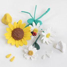 Tee kukkakimppu Silk Clay:sta ja bonsailangasta. Terälehdet on helppo tehdä alumiinimuotilla. Varsi on tehty bonsailangasta, joka on päällystetty Silk Clay:lla. Scrapbooking, Tecno, Creations, Clay, Sculpture, Plants, Different Types Of Flowers, Make Flowers, Flower Button