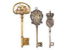 Sämtlich Volldornschlüssel. Zwei wappenartig gestaltete Reiden mit Bekrönung und einer Öse, eine Reide in Nierenform mit mittig eingestellter Lilie links ...