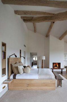 suite parentale avec un intérieur blanc, lit en bois clair…