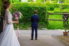 Der Moment, wenn der Bräutigam zum ersten Mal seine Braut  in ihrem wunderschönen Kleid aussieht ist manchmal gar nicht so privat - der Esel war fast interessierter als der Bräutigam... #firstlook # bride #hochzeitskleid #tierebeihochzeit #braut2018