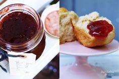 Scones gibt's Zwetschgen-Rosen-Marmelade