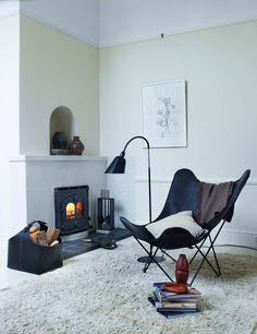 北欧家具なら必ず目にするバタフライチェア。 シンプルなのにオシャレなデザインで、どんなインテリアにも相性抜群です。 また、ソファのような座り心地。 あなたのインテリアにもおひとついかがですか?