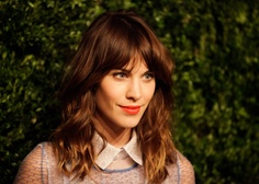 Alexa Chung's longer hair is finally feeling really rad. I love the longer bangs and wavy shoulder length with long layers. Really pretty, but with my kinda edgy cool dream and together they are super sexy