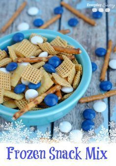 Disney Frozen Themed Food - Sven's Snack Mix - Everyday Savvy Looking for great easy Disney Frozen Themed food? Sven's Snack Mix is perfect for a Disney Frozen birthday party or a Disney Frozen viewing party. Disney Frozen Party, Frozen Party Food, Frozen Themed Birthday Party, Olaf Frozen, Frozen Birthday Cupcakes, Frozen Movie Party, Disney Frozen Cupcakes, Birthday Party Snacks, Snacks Für Party