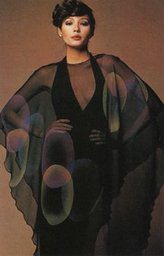 Stephen Burrows- First african american designer to develop a mainstream- high fashion clientele. Bright colors and curly edges. Worn my famous figures in entertainment 70s Inspired Fashion, 70s Fashion, Vintage Fashion, Fashion Killa, Vintage Inspired, High Fashion, Patti Hansen, Lauren Hutton, 1970s Dresses