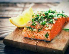 Early European settlers in the US tired of a salmon-rich diet. Find out why in this history of salmon as a food. Grilling Recipes, Diet Recipes, Healthy Recipes, Comidas Light, Healthy Snacks, Healthy Eating, Frozen Salmon, Oven Baked Salmon, Healthiest Seafood