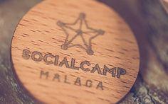 Plan D Soluciones creativas » SOCIALCAMP » Aplicación de la marca sobre un pin de madera