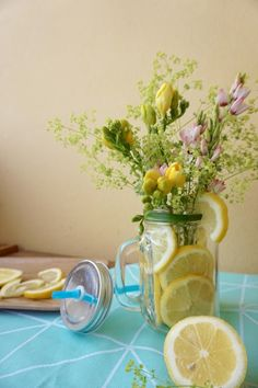 Projet DIY : Fleur et citron Diy Fleur, Glass Vase, Table Decorations, Art Floral, Fun, Home Decor, Floral Arrangement, Lemon, Flowers