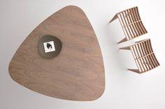 TRIDENT, tavolo triangolare in legno di noce canaletto con angoli rotondi e piano a becco d'oca. Tre gambe a sezione triangolare. Design by MAAM