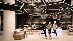 Mit Inszenierung will der Warenhausbetreiber wohl gerade auch bei einer jüngeren Kundschaft punkten, wie der Bereich für Sneaker zeigt.