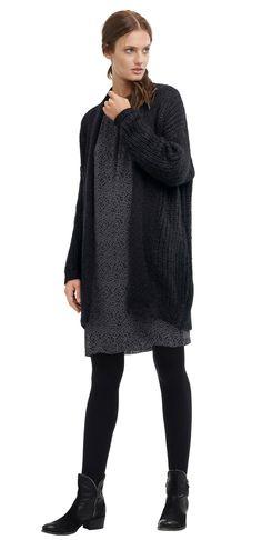 Damen Outfit Deema von OPUS Fashion: bedrucktes schwarzes Kleid, schwarze Strickjacke