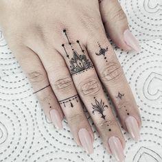 hand tattoos for women / tattoos hand ` tattoos for men hand ` hand tattoos for guys ` hand tattoos for women ` tattoos red and blue hand ` tattoos on hand ` tattoos männer hand ` mens hand tattoos Hand And Finger Tattoos, Finger Tattoo For Women, Small Finger Tattoos, Finger Tattoo Designs, Hand Tattoos For Women, Finger Tats, Henna Tattoo Designs, Tattoos For Guys, Womens Finger Tattoos