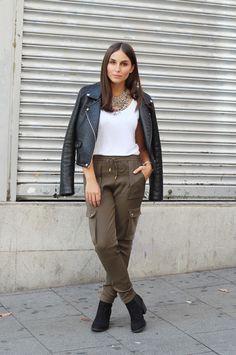 Pantalones caqui y chaqueta de cuero