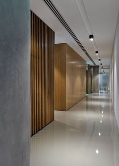 Cuidar diseño falso techo e iluminación. Cuidar diseño falso techo e iluminación. Office Interior Design, Interior Walls, Office Interiors, Lobby Design, Commercial Design, Commercial Interiors, Design Online Shop, Hotel Corridor, Flur Design