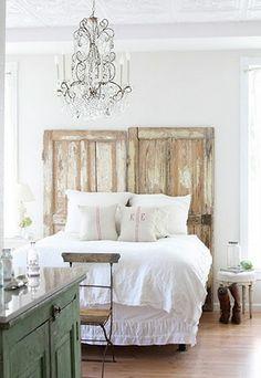 Quatre styles pour une tête de lit | CHEZ SOI © a-v-designs.com #deco #chambre #tetedelit #lit #nature #champetre #bois #porte