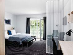 Værelse #comwell #Korsør #værelse #hotelværelse Divider, Spa, Curtains, Room, Furniture, Home Decor, Bedroom, Blinds, Decoration Home