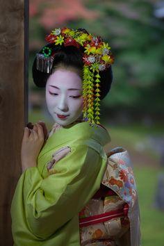 Tsunagi-dango: The kanzashi worn by junior maiko in Gion Kobu prior to their birthday. It is a small circle made of green beads. Japanese Costume, Japanese Kimono, Japanese Beauty, Asian Beauty, Geisha Art, Geisha Japan, Kyoto Japan, Okinawa Japan, Fleurs Kanzashi