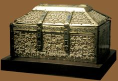 Arqueta de marfil y esmaltes. Monasterio de Silos (Museo Burgos). Hay una inscripción en caracteres cúficos que aclara su procedencia; Cuenca. También especifica una fecha el 417 (1026) y el nombre del artífice Mohamed ben Zeiyan. Decorative Objects, Decorative Boxes, Sculpture Art, Sculptures, Medieval, Antique Boxes, Romanesque, Moorish, Casket