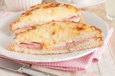Croque monsieur: original French recipe to be made at home. Click and learn how to make an original Croque monsieur with ham, cheese and bechamel sauce. French Sandwich, Wine Recipes, Cooking Recipes, Bulgarian Recipes, Wie Macht Man, Snacks, French Food, Sandwich Recipes, Baked Sandwiches