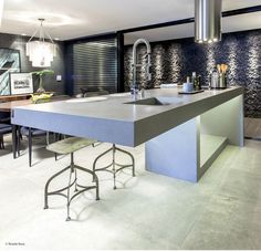 This kitchen island leaves us astonished. It seems an avant-garde sculpture created with Silestone Kensho! Moreover, we love how the industrial tap looks like in the Integrity sink. Quartz Countertops, Kitchen Countertops, Kitchen Island, Surface Design, Interior Design, Projects, Inspiration, Furniture, Home Decor