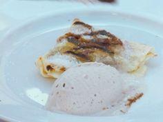 Panqueques con dulce de leche, helado de banana & crocante de chocolate
