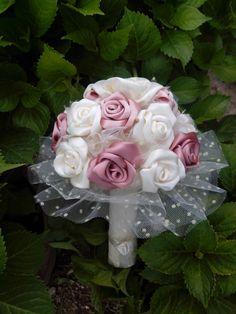 Ramo de rosas de satén