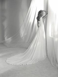 Wedding dress elegant and original - Pronovias 2018 Collection