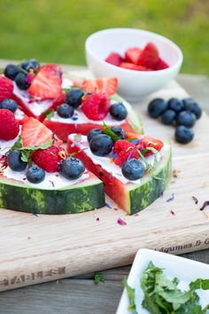Rezept für Wassermelonen-Pizza mit Erdbeeren, Heidelbeeren und Himbeeren