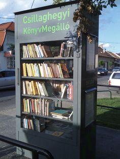 Hongarije: little free library in Budapest. Je mag een boek meenemen als je er ook een inlevert.