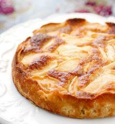 La torta di mele classica è la torta casereccia per eccellenza, forse perché oltre che sana, è anche molto facile e veloce da pr...