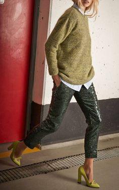 Un pantalon qui brille avec un pull en laine