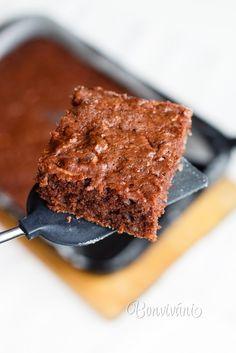 Pri tomto recepte nepotrebujete žiaden mixér a ušpiníte iba jednu misku. Je to rýchlovka, perník je šťavnatý a dlho vydrží vlhký. A tá vôňa... Rozmery plechu cca 23x30cm. Použite radšej menší plech, alebo tortovú formu s vyšším okrajom, aby z perníka nebola placka.