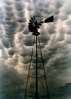 Looks Like Hail - Mammatus Clouds windmill Photo Ciel, Mammatus Clouds, Cool Pictures, Cool Photos, Nature Pictures, Old Windmills, Windmill Art, Farm Windmill, Mother Nature