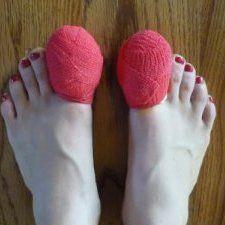 Косточки на ногах — это причина страданий многих женщин. Боль при ходьбе, дискомфорт при ношении обуви, некрасивый внешний вид, деформация пальцев — неприятные спутники растущей шишки.