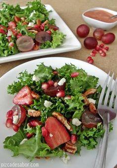 Ensalada de fresas, granada, uvas y nuez con aderezo de fresa al balsámico