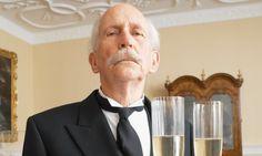 De butler van de Baskerville Hall gedraagt zich raar in het begin waardoor hij zichzelf verdacht maakt. Alleen al het feit dat het de butler is maakt hem verdacht.