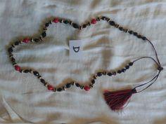 Collar Tradicional Gallego realizado con cuentas de cristal negro checo facetado, cascarilla (fornitura) dorada y cuentas rojas, borla negra y roja.