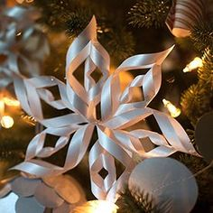 Perfect to decorate your Christmas tree, for a pretty garland or to hang in the window, these spiral snowflakes are elegant and simple to make. They also make wonderful toppers for your holiday gifts.