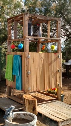 Outdoor pallet solar shower