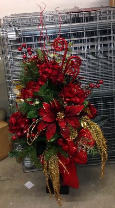 entrance way floor Christmas design red and gold Christmas Planters, Christmas Swags, Christmas Door Decorations, Christmas Flowers, Christmas Centerpieces, Gold Christmas, Christmas Deco, Rustic Christmas, Beautiful Christmas